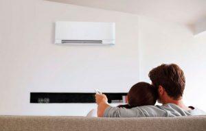 el aire acondicionado, nuestra recomendación es que lo regules a unos 24ºC, que es la temperatura recomendada para aire acondicionado. Recuerda que un buen uso de los equipos de climatizacion permiten disfrutar de un mayor confort en el hogar y reduce el consumo energético. Intenta que no exista una gran diferencia  de temperatura entre el interior y el exterior, no abras la ventana para evitar pérdidas de energía y haz uso de los termostatos para regular la temperatura de aire acondicionado.