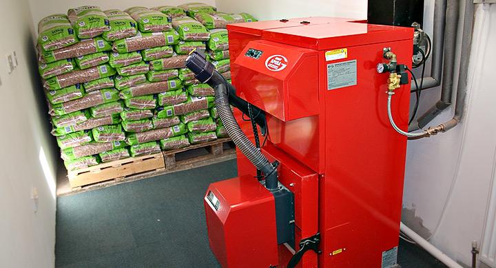 Las calderas policombustible, necesita de un mayor espacio, ya que se debe almacenar en un lugar. fresco, seco y seguro
