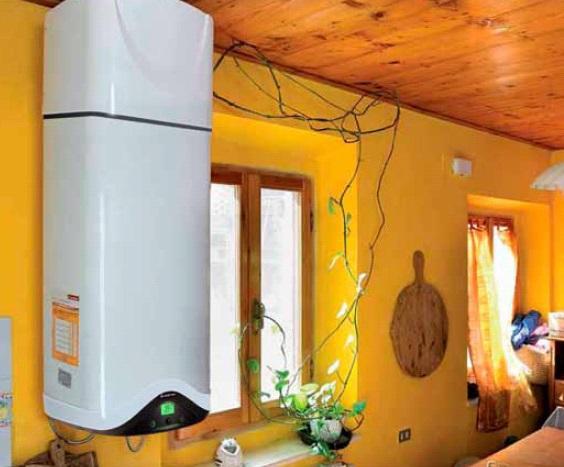 Estas unidades de ACS estan formadas por un acumulador de agua vertical y una bomba de calor aire-agua en su parte superior; el  refrigerante se encuentra a baja temperatura y presión y, por lo tanto, en estado líquido