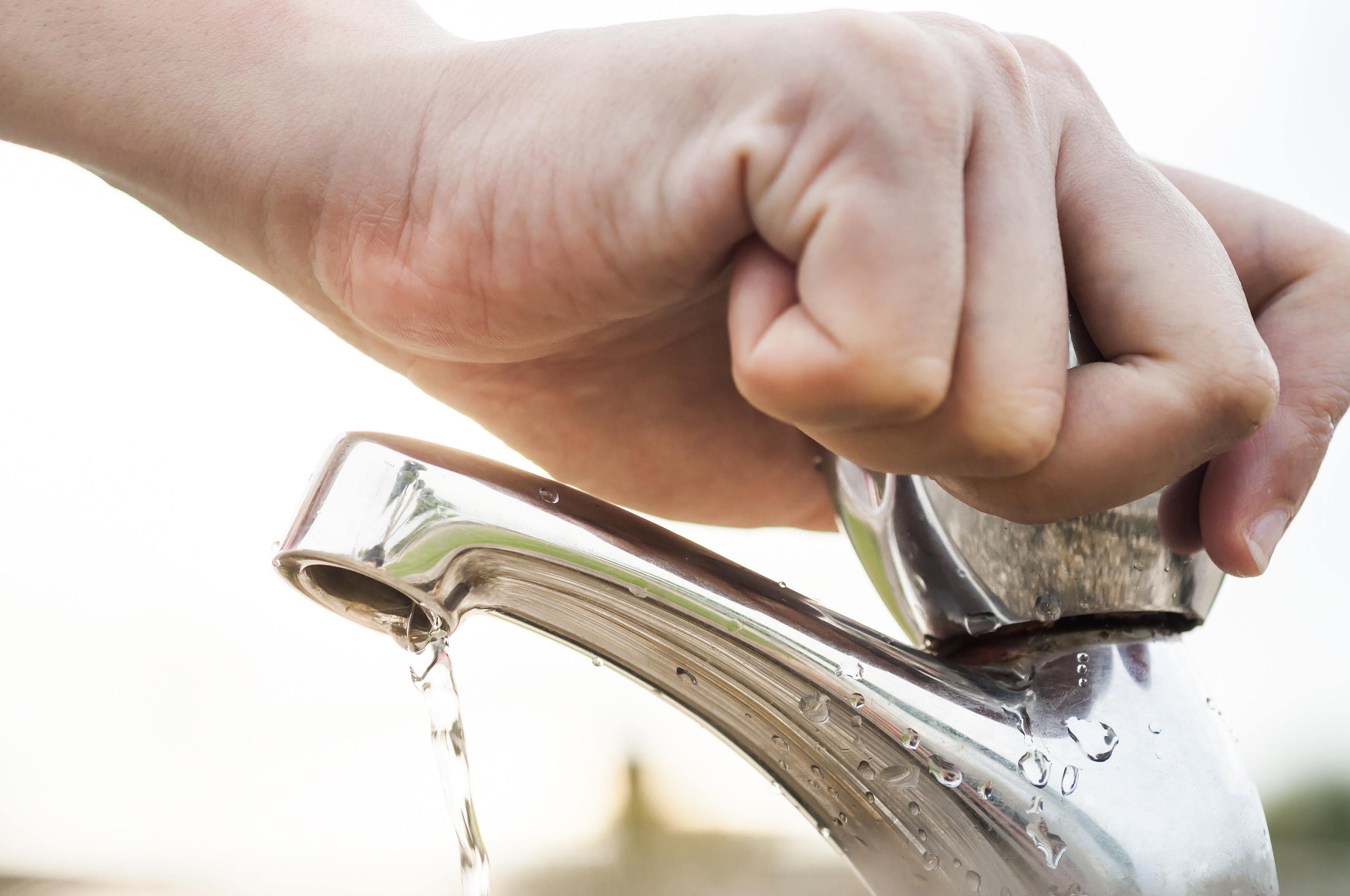 Al momento de lavarse los dientes, tambien puedes hacerte de un recipiente para tomar justo el agua que requieres y no dejar la llave abierta todo el tiempo mientras dura este proceso