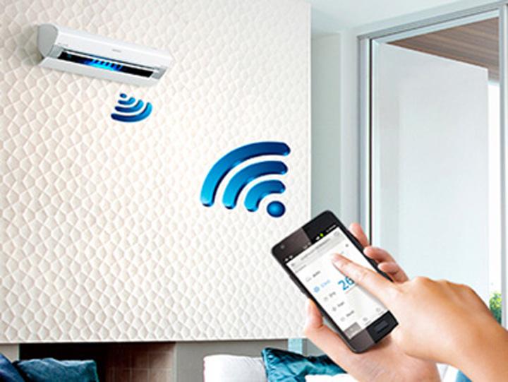 puedes programar el aire acondicionado y encenderlo para que funcione y enfrié la casa, antes de que tu llegues. También puedes sincronizar el termostato como mejor convenga.