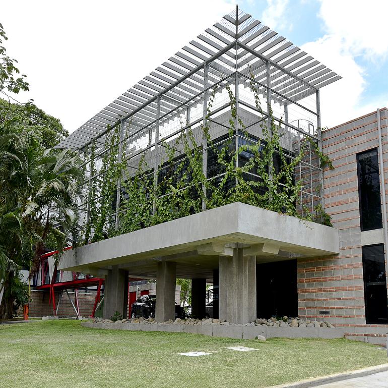 Una construcción sostenible comprende también la siembra de áreas verdes, la disposición del aire acondicionado en pisos y no en techos; sistema de recolección de aguas de lluvias  en las cubiertas