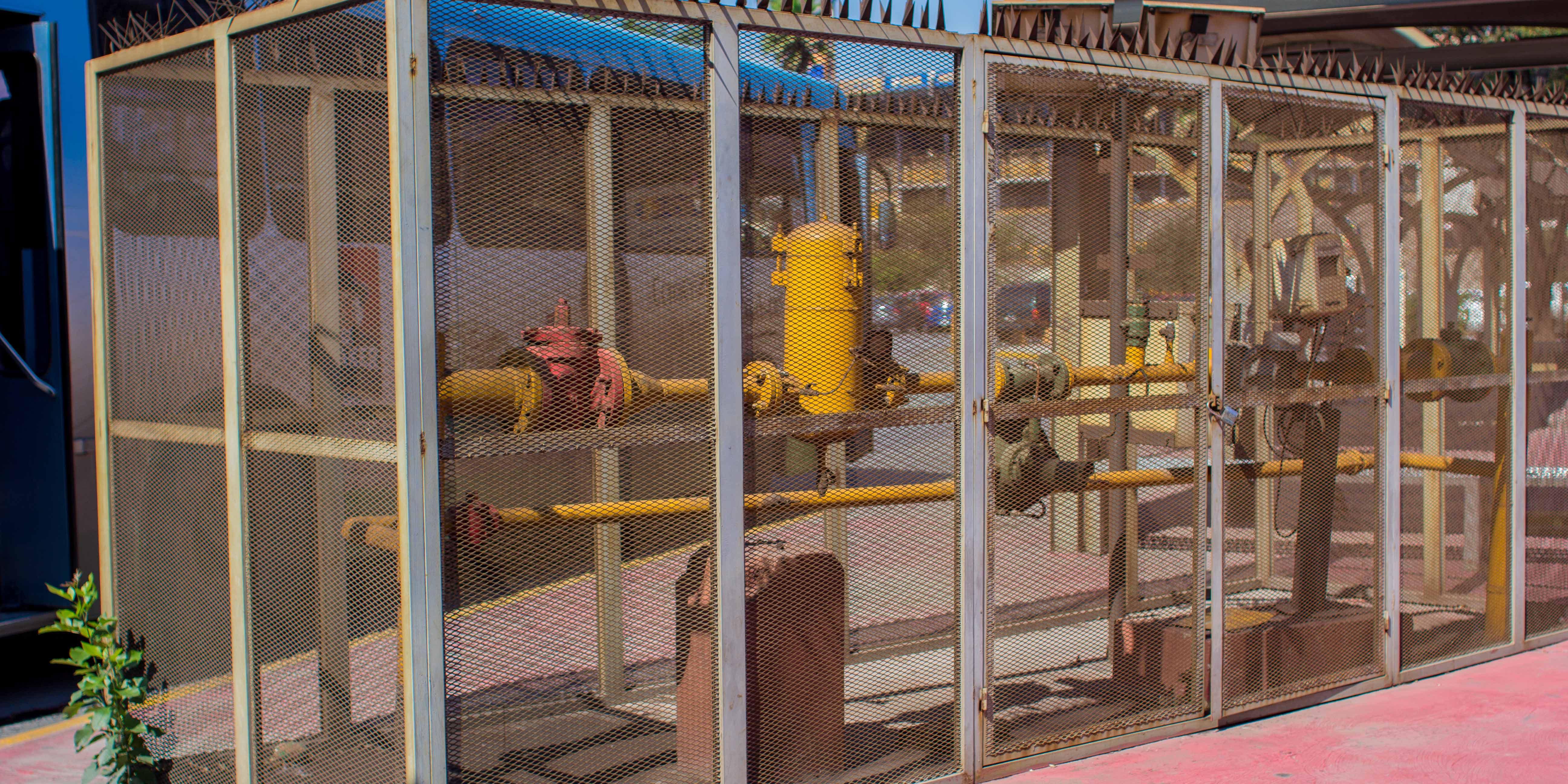 no  almacene ni utilice productos inflamables en la misma habitación o cerca de un aparato de gas natural o que genere calor.