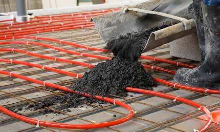 Por las tuberías instaladas bajo el suelo, se distribuye el liquído del suelo radiante por agua